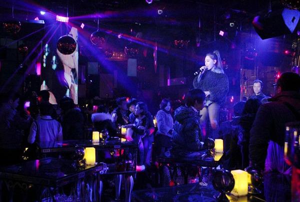 1,现在国内已有很多家酒吧使用微信大屏幕,使用微信大屏幕